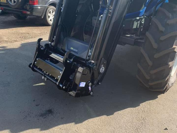 Q5 to Manitou Quick Hitch Adaptor